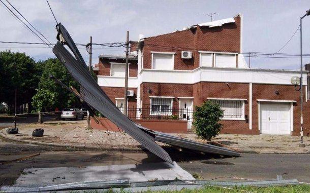 En La Plata, el temporal causó severos daños a estructuras.