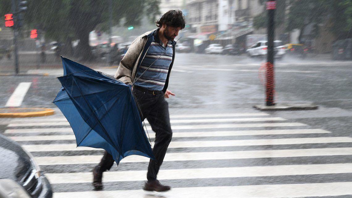 Rige una alerta por vientos fuertes con ráfagas y ocasional caída de granizo en la Ciudad