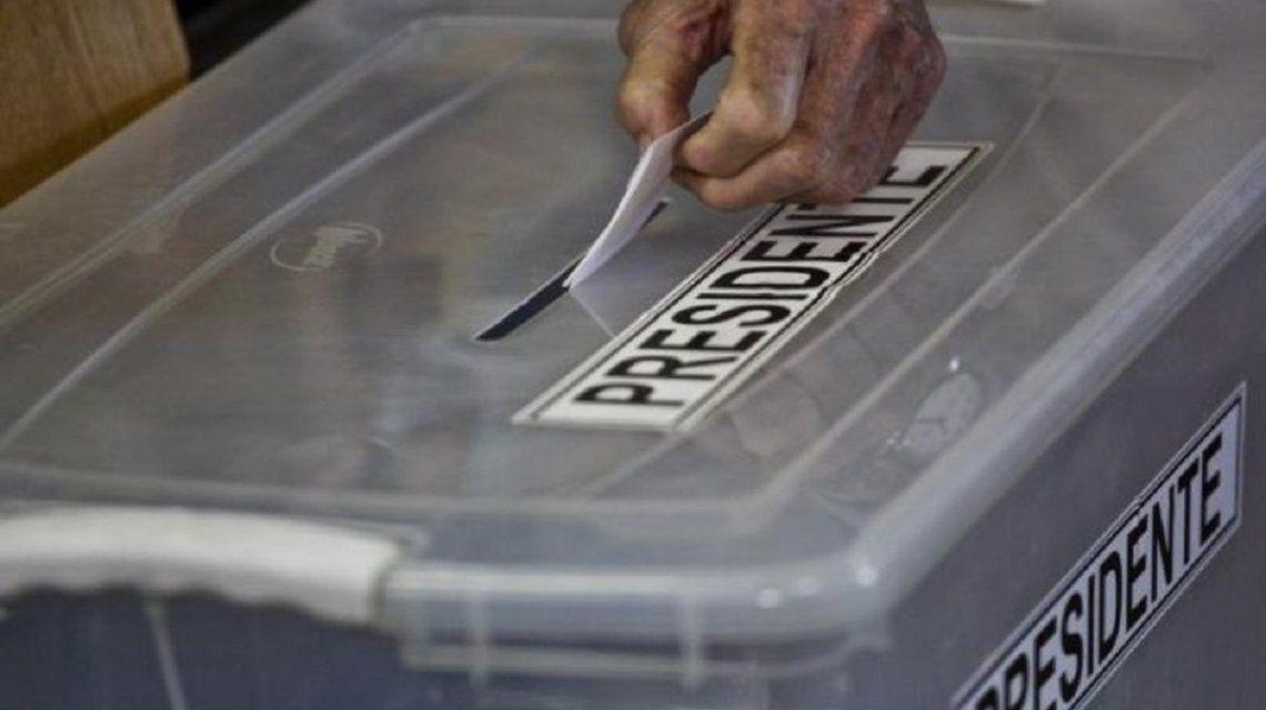 Chile: encontraron un consolador en  un caja sellada con material electoral