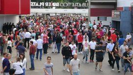 Socios de River ingresan a votar al estadio Monumental