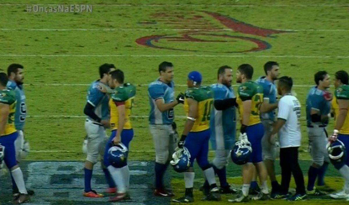 Los jugadores se saludan tras el histórico match (foto: captura ESPN)