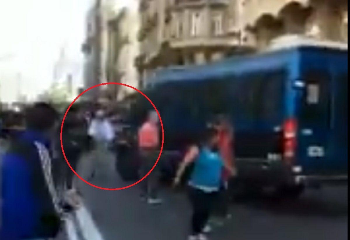 VIDEO:  Policías atropellaron a un jubilado en plena protesta y escaparon