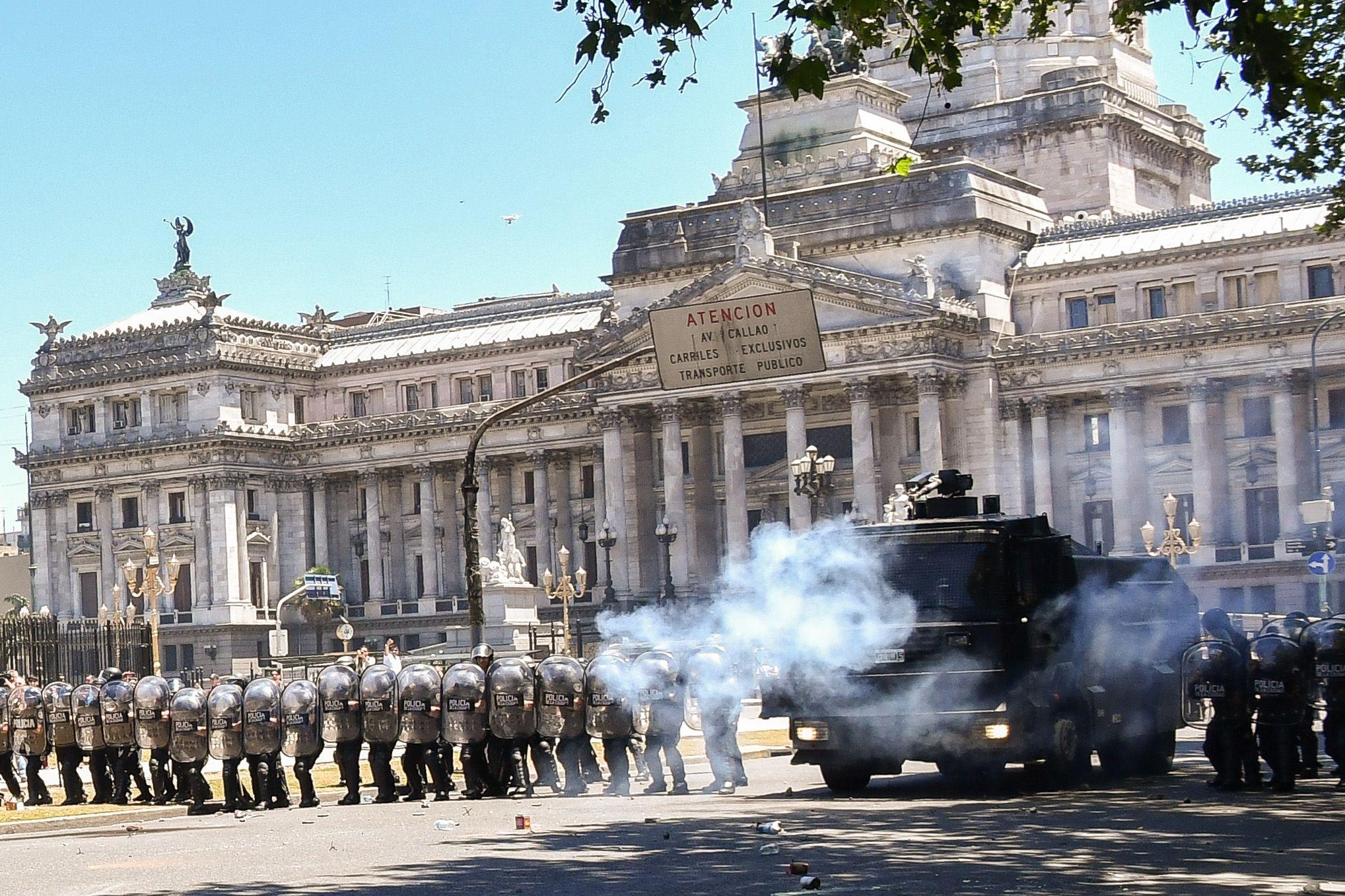 Tensión y enfrentamientos entre la policía y manifestantes frente al Congreso