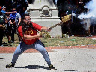 Sebastián Romero, con su arma casera en el Congreso