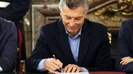 Mauricio Macri firmando