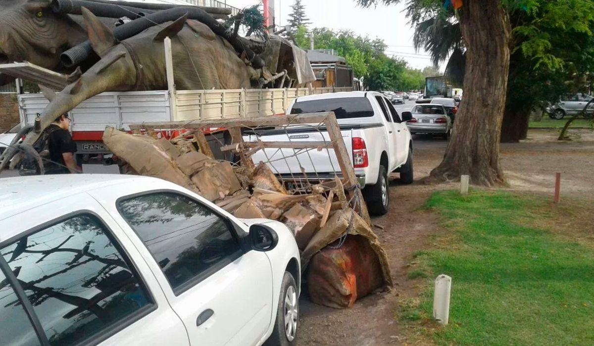 De no creer: dejó estacionada su camioneta y un dinosaurio le cayó encima