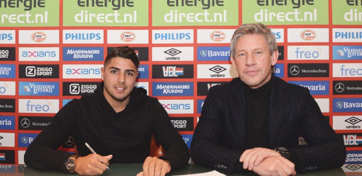 El momento de la firma del contrato del joven delantero