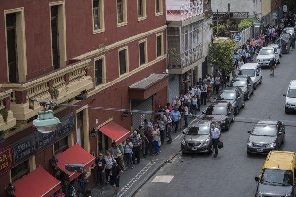 Filas de casi dos cuadras para adquirir el tradicional pan dulce de Plaza Mayor. (Telam)