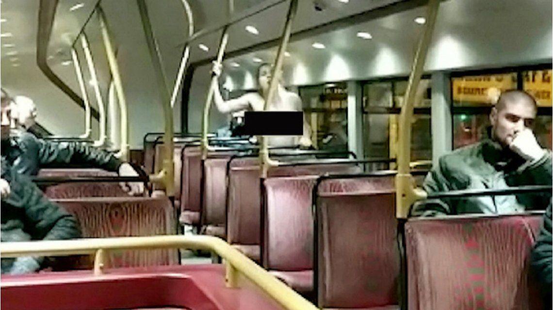 Atrapan a una pareja teniendo sexo en un colectivo frente a varios pasajeros