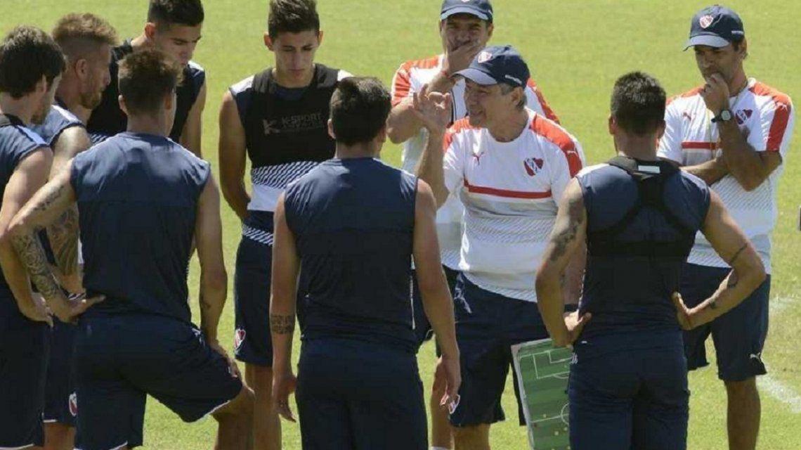 Un jugador de Independiente reveló un dato íntimo y sorpresivo de Holan en el vestuario