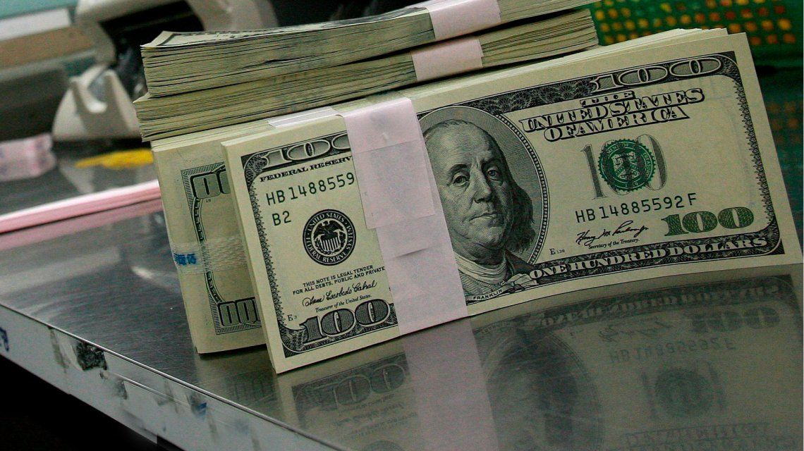 El dólar cayó otros 12 centavos y cerró a 17,37 pesos