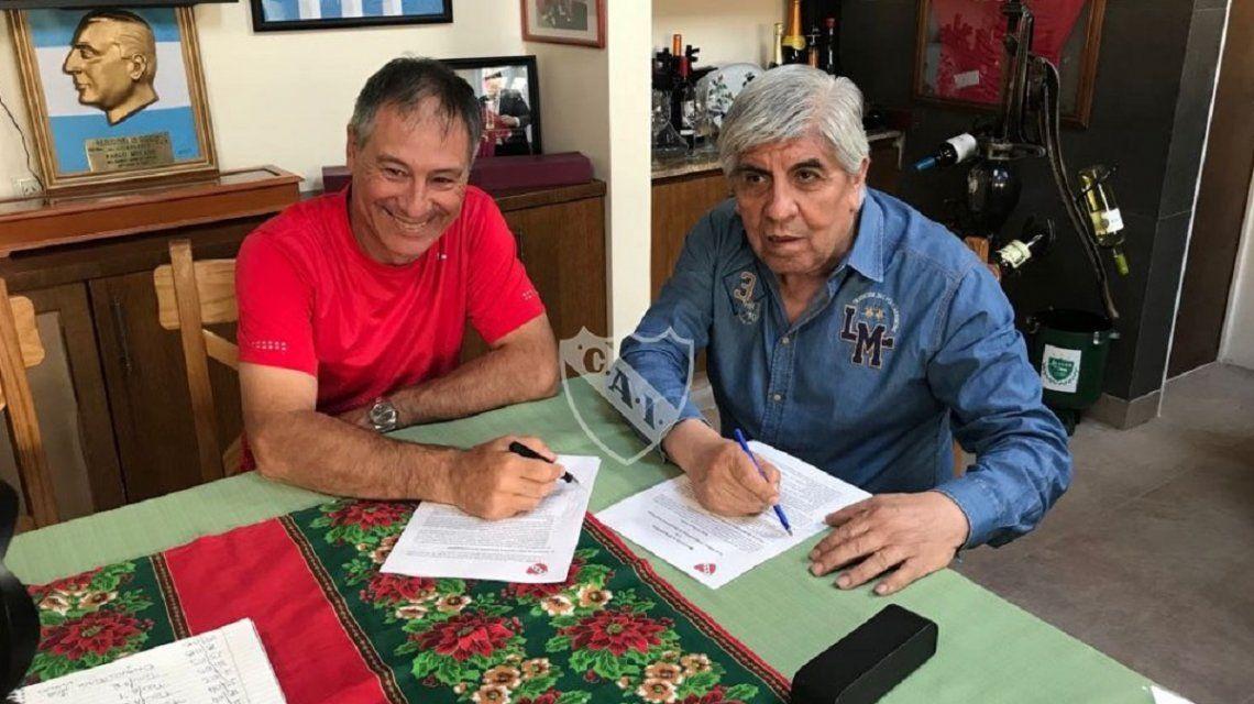 Holan volvió a firmar con con Independiente - Crédito:@Independiente
