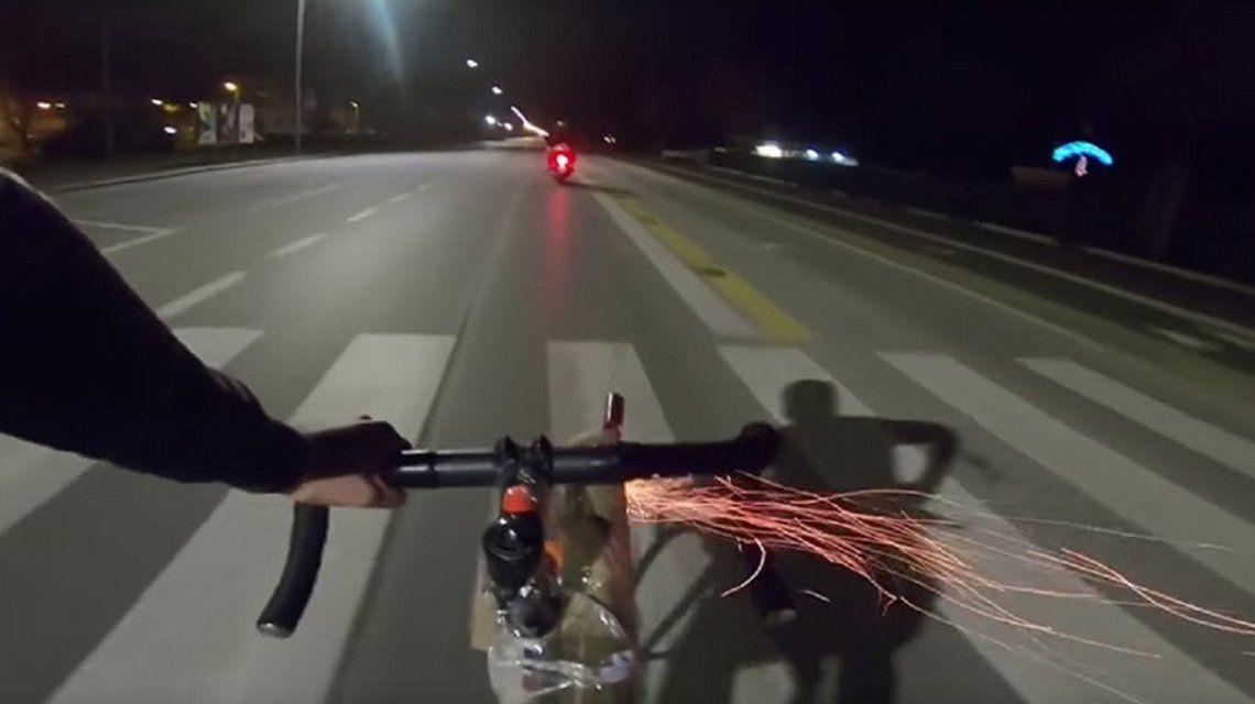 Un motoquero cruzó a un ciclista y este lo atacó con pirotecnia