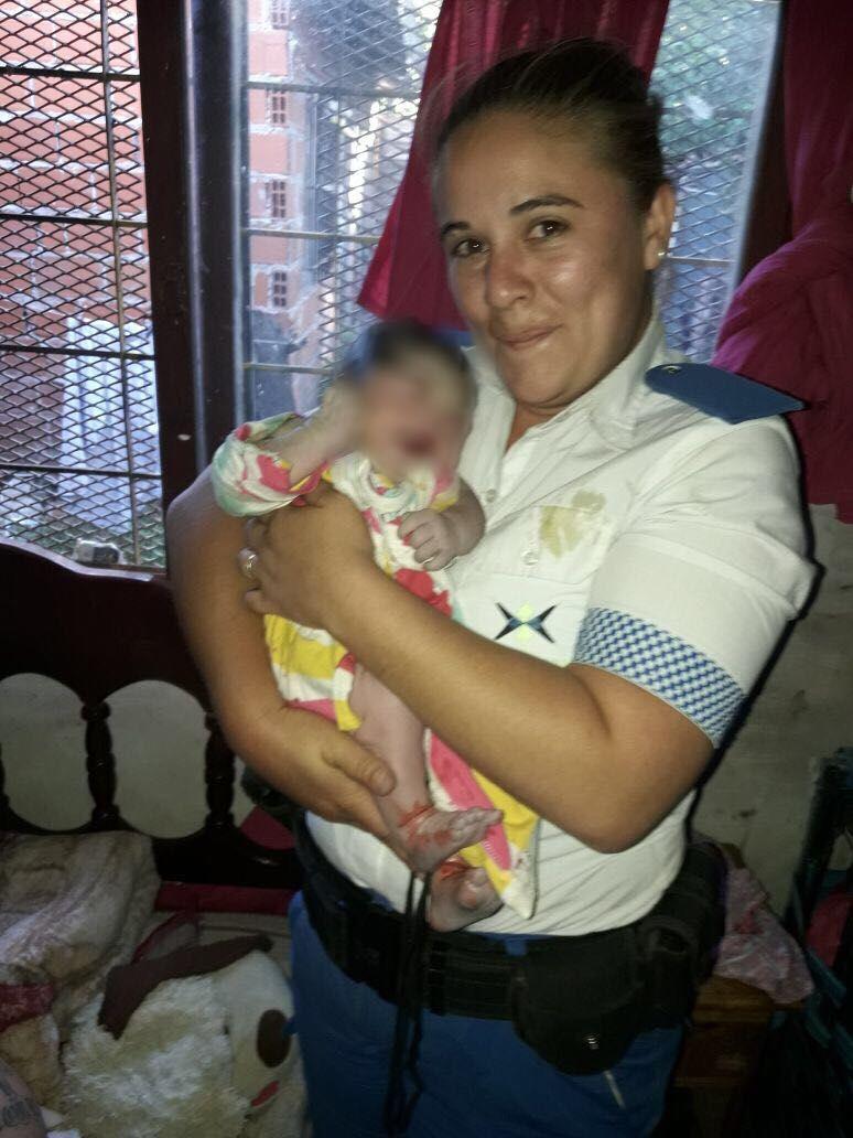 A horas de la Navidad, policías ayudaron a dar a luz a una mamá