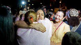 María Pérez, una de las detenidas en 2014, abraza a sus familiares luego de su liberación