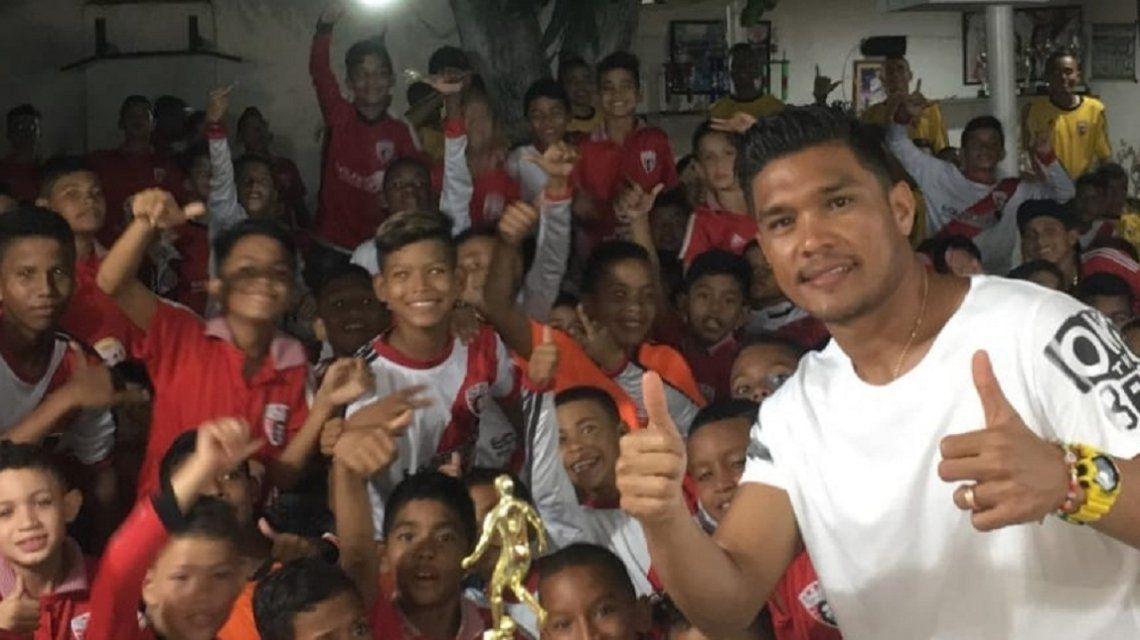 Teo Gutiérrez con niños carenciados del barrio La Chinita
