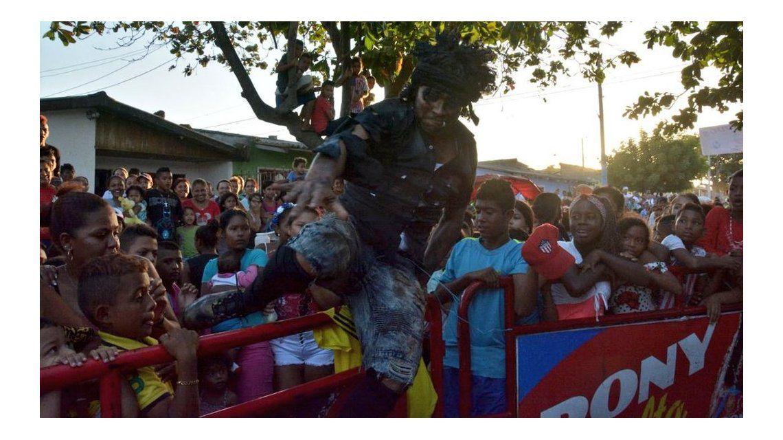 Teo Gutiérrez con niños carenciados del barrio La Chinita como indigente