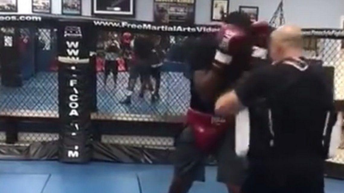 VIDEO: Un boxeador noqueó a su entrenador en plena práctica