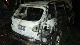Prendió fuego su auto después de disparar a su pareja