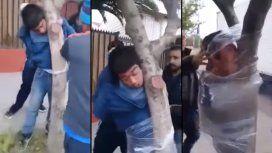 VIDEO: El insólito castigo a un ladrón que fue atrapado por los vecinos