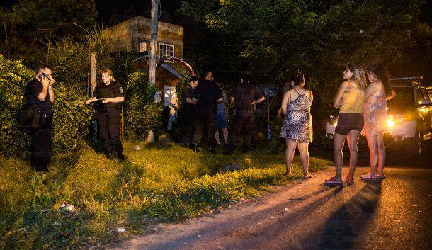 Vecinos se acercaron a la escena del trágico episodio<br>
