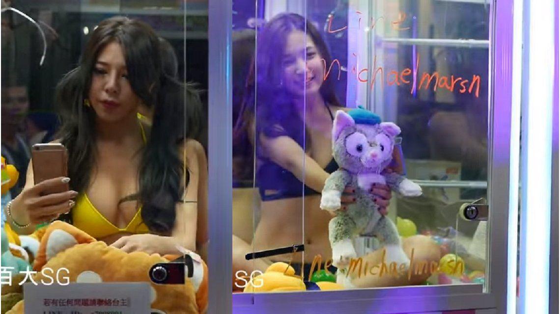 Un centro comercial en China exhibió a mujeres en bikini dentro de máquinas de peluche