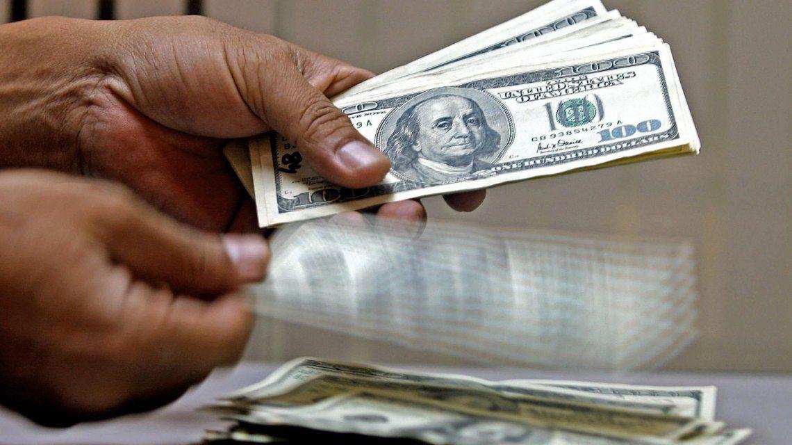 El dólar cayó 19 centavos y cerró a $18