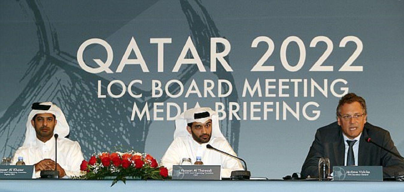 Hassan Al Thawadi (centro) encabezó la candidatura de Qatar para que sea sede de la Copa del Mundo en 2022