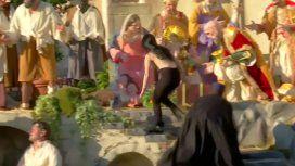 Una mujer en topless intentó robar al niño Jesús del pesebre del Vaticano