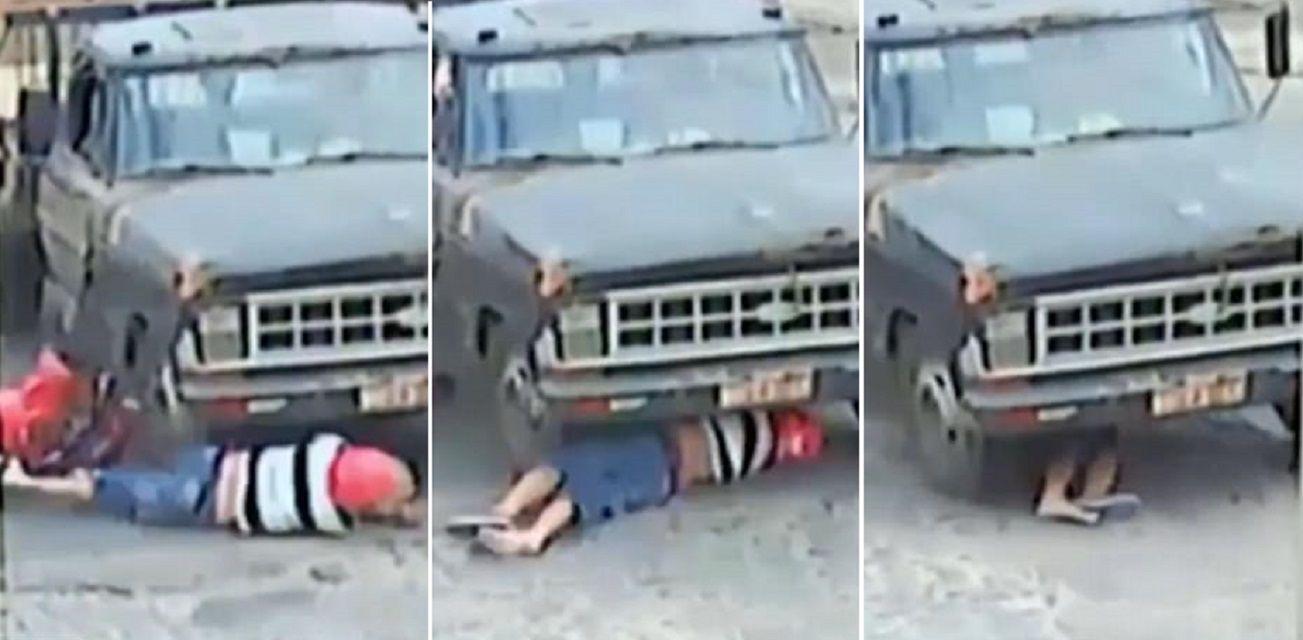 VIDEO: Perdió el control de su moto, fue atropellado por un camión, pero salió con vida