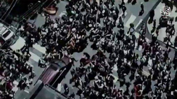 Una de las imágenes muestra a un vehículo arremetiendo contra un grupo de peatones