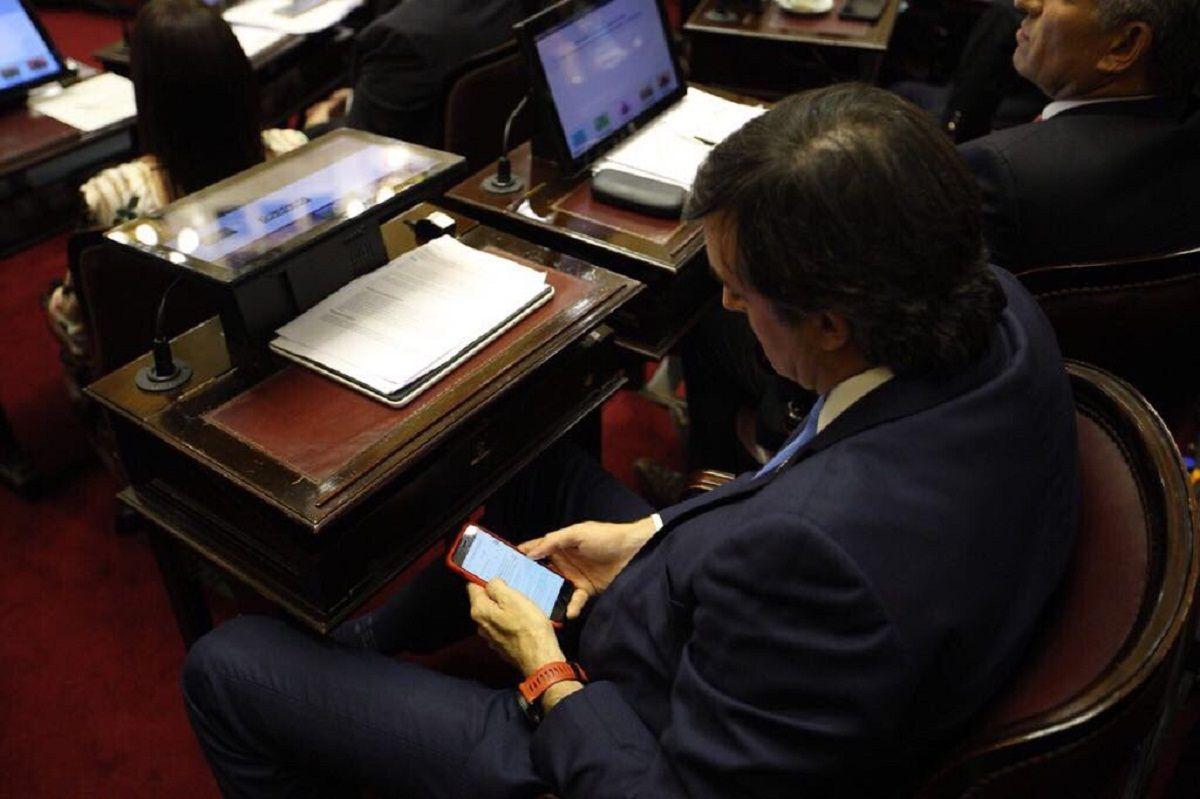 Esteban Bullrich googleando en plena sesión del Senado