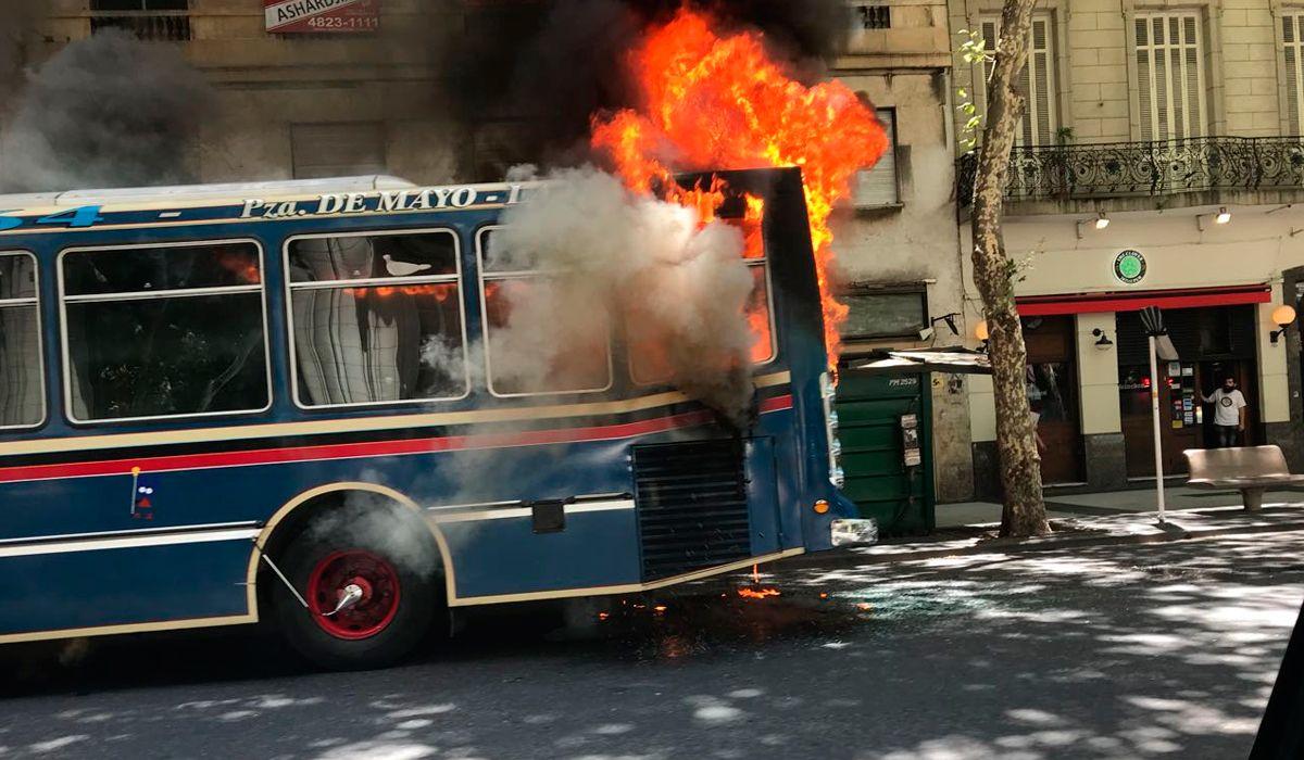 Un colectivo se incendió mientras circulaba sobre la Avenida de Mayo