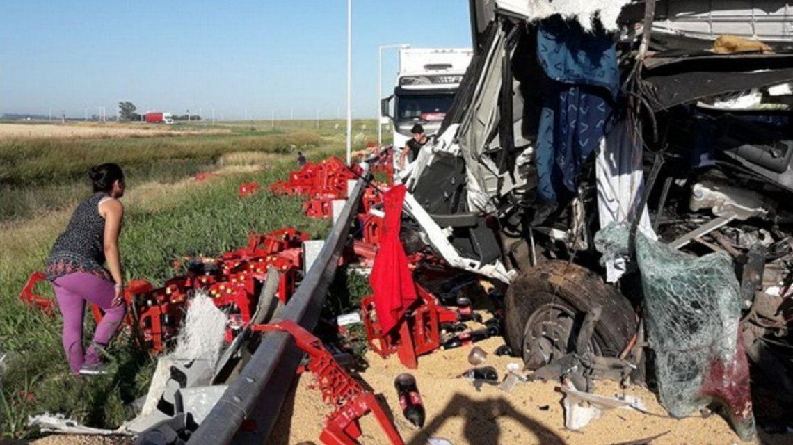 Córdoba: aprovecharon un choque fatal entre dos camiones para robarse las gaseosas