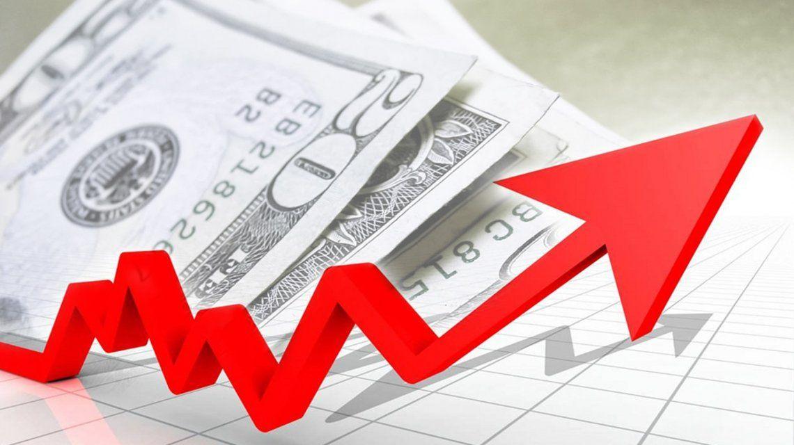El dólar subió otros 20 centavos y marca nuevo récord: 17,66 pesos