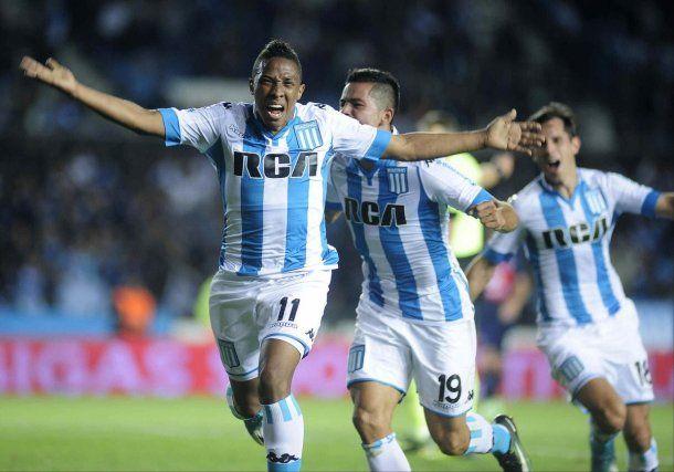 Andrés Ibargüen celebra con Brian Mansilla y Augusto Solari uno de sus goles<br>