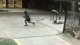 Salvaje ataque de motochorros en Tucumán: robaron una cartera y le dispararon a un policía