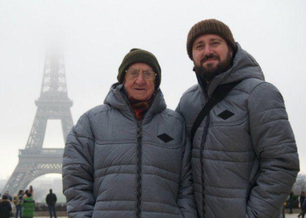 Antonio viaja con su nieto, Lluís, que es el responsable de su nueva pasión