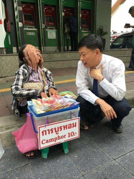 La mujer, que tiene un hijo y nietos, vende bijouterie en la calle