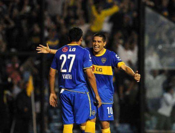 Viatri y Riquelme festejando un gol en <a href=