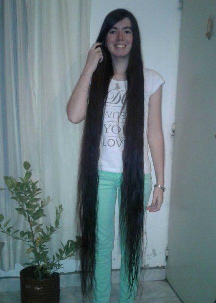 Abril Lorenzatti con el largo de su cabello hasta las pantorrillas<br>