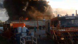 Se incendió una fábrica de lanchas en Campana
