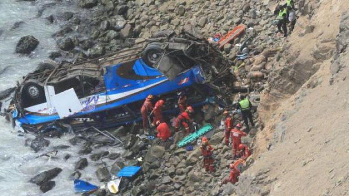 Rescatistas actuaban en el lugar en el que cayó el micro