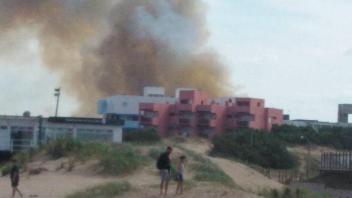 El incendio podía verse desde la playa en Villa Gesell