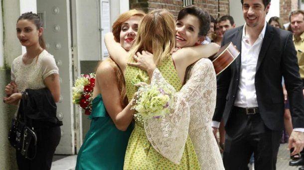 El abrazo de Florencia y Jazmín con la cantante que les regaló