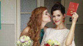 Recién casadas, Jazmín y Florencia con la libreta de matrimonio