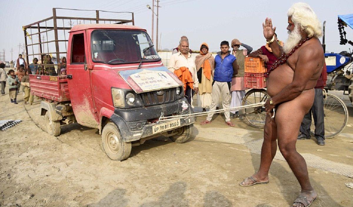 Un monje utilizó su pene para mover un camión y demostrar su fuerza espiritual