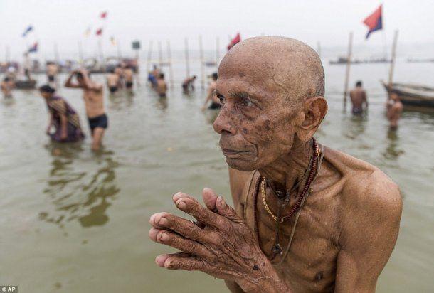 <p>Más de 200.000 personas se reunieron para bañarse en las aguas sagradas de Allahabad</p>