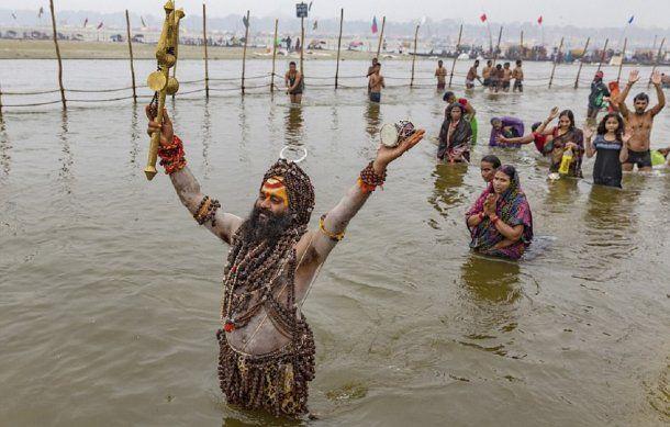 <p>Un sadhu reza luego de bañarse en las aguas sagradas</p>