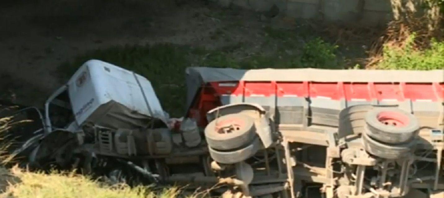 Un patrullero chocó e hizo volcar a un camión sobre las vías del tren Mitre